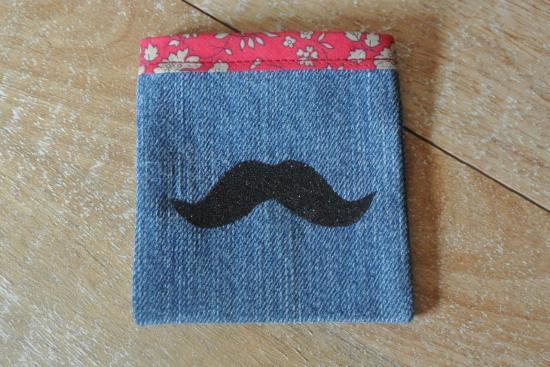 Etui Jeans Capel rouge moustache noir