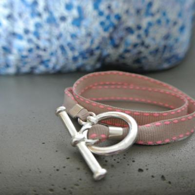 Bracelet ruban beige surpiqûre fluo