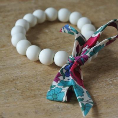 Bracelet perles crème et Liberty Poppy And Daisy
