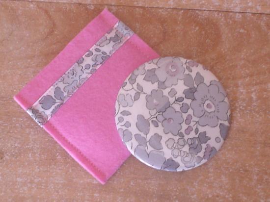 Miroir Betsy gris avec étui feutrine rose